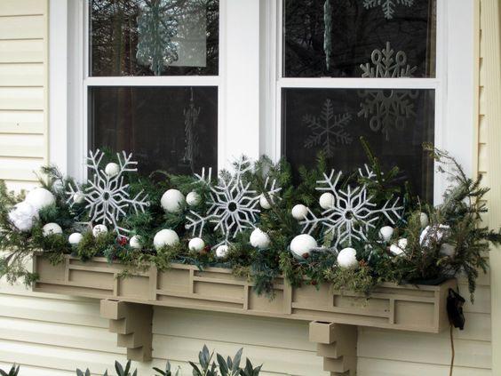 Decorazioni Natalizie Balconi.Decorazioni Natalizie Per Addobbare Finestre E Balconi 20 Idee Per Voi Decorazioni Luminose Natalizie Fioriere Di Natale Decorazioni Natalizie