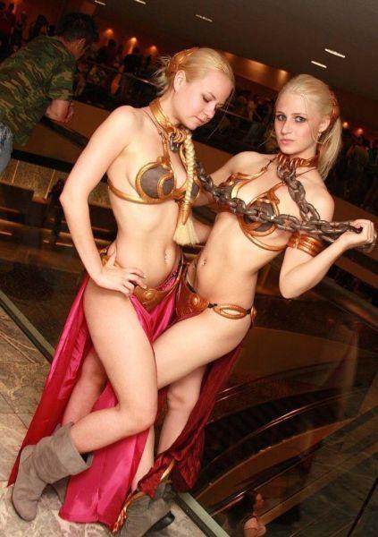 Avez-vous aimé la femme loup ? Cela faisait un petit moment que je ne vous avais pas montré un cosplay dans l'univers de Star Wars, et bien voici 2 esclaves qui ne vous laisseront pas indifférent : Je crois qu'il n'y a rien d'autre à rajouter à part OMG ! #sexy #cosplay #StarWars