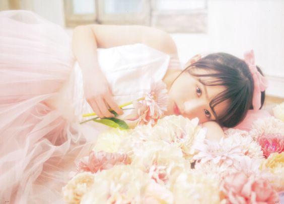 花の上に寝そべる渡辺梨加