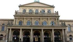Das Staatstheater! Die Spielstätte von Oper, Ballett und Theater wurde ursprünglich in den Jahren 1845 bis 1852 aus Wealdensandstein im spätklassizistischen Stil gebaut.