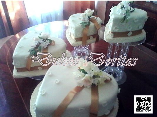 torta de matrimonio en corazón con flores.
