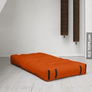 11. 可以摺成椅子的床墊。