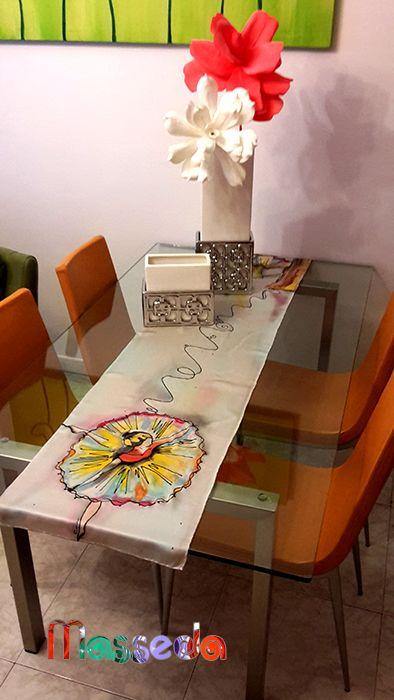 Mesa decorada de forma muy original!! Unas flores y un pañuelo pintado atrae todas las miradas!!