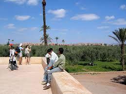 Menara ist ein großer Garten mit Olivenbäumen unter dem Almohaden-Dynastie etwa 45 Minuten zu Fuß vom Jamaa El Fna-Platz, im Zentrum von Marrakesch, Marokko. Im Herzen dieser Garten bietet einen großen Teich am Fuße eines Pavillons als Wasserreservoir, um Getreide zu bewässern. Es ist ein sehr ruhiger Ort, weit weg von der Hektik der Stadt. Es ist ein idealer Ort für Spaziergänge. Das Becken wird mit Wasser durch ein altes Hydrauliksystem von mehr als 700 Jahren…