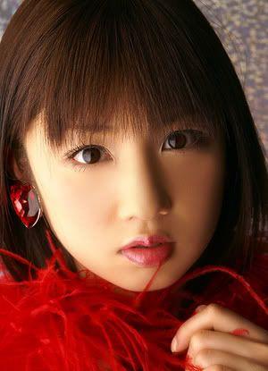見つめている小倉優子