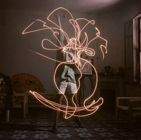 Picasso draws a vase of flowers with light, 1949.