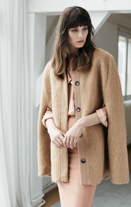 Fashion Trend Nomcore. Cape SPORTMAX, Bluse und Rock ROCHAS.