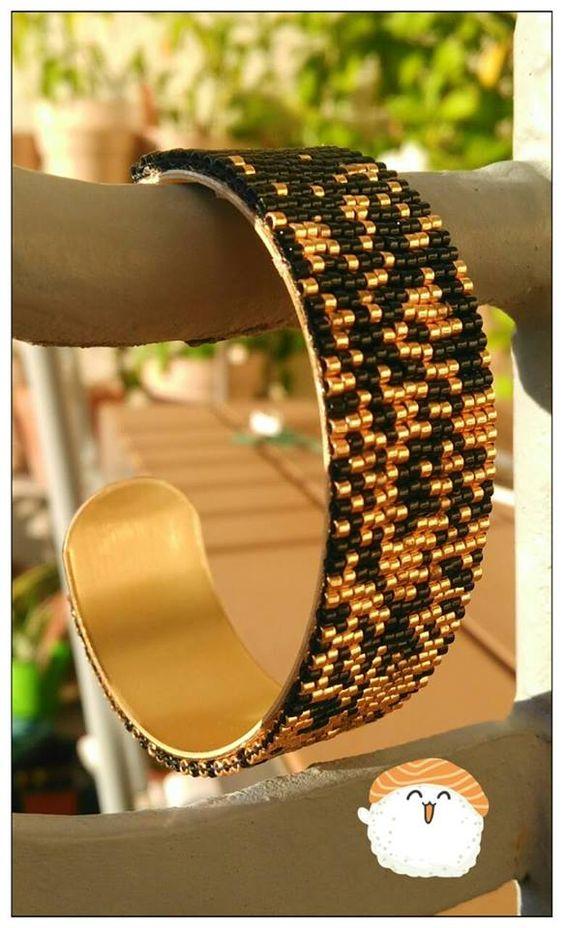 Tissage miyuki peyote or et noir sur bracelet jonc manchette en laiton Contactez moi pour d'autres couleurs =)