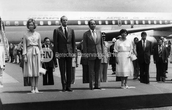 Juan Carlos Rey de España y su esposa doña Sofía en visita a Venezuela. Le reciben el Presidente Carlos Andrés Pérez y su señora Blanca de Pérez. Caracas, 1977 (ESTRELLA / ARCHIVO EL NACIONAL)