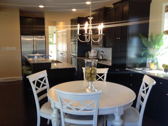 A kitchen that anyone would be happy to cook in! (check out the extra built in buffet counter -- great use of space!)