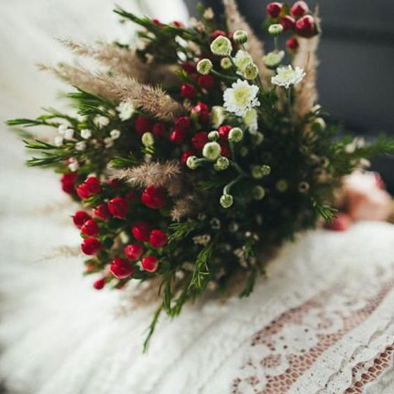 Completa tu look de boda con este bonito ramo. Delight all your guests with this marvellous #bouquet of flowers Check other #wedding ideas in our boards