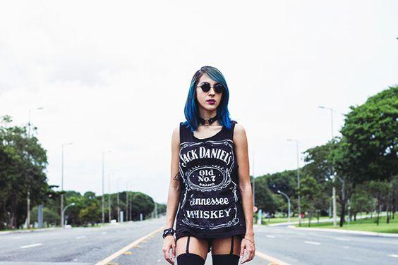 Look do dia inspirado na cantora Taylor Momsen com blusa com estampa do Jack Daniels, short, meia 7/8, vans e cabelo azul postado no blog Relíquias da Lara.