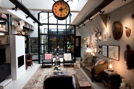 Un logement très créatif au centre-ville d'Amsterdam aux empreintes plus qu'apparentes masculines. Le style de la déco intérieure est résolument industriel, brut mais aussi rétro.