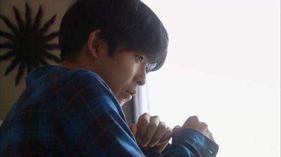 窓の外を見つめている太賀のかっこいい画像