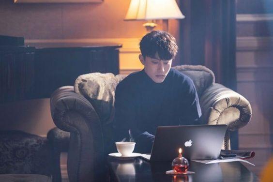 "Kwak Dong Yeon Is A Charismatic Chairman In ""My Strange Hero"""