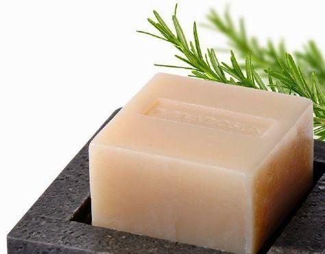 Já pensou em fazer seu próprio sabonete?E o melhor: um sabonete suave, com quase nenhuma química, excelente para a pele e o meio ambiente.Este sabonete de alecrim é isso tudo.