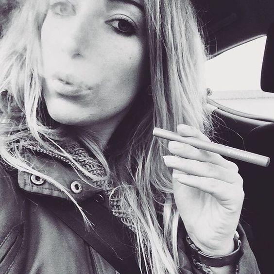 Ab ins Wochenende, gut gelaunt Mir VitaStik | | @sahnelein   #vitastik #vitastikofficial #goodgirl #iamgoodgirl #smokingcanbesexy #beautiful #vitagirl #love #life #enjoylife #fürallediemehrwollen #smokeclean #healthy #vitamins #styleinspiration #lifeisbeautiful #lifestyle #trend #trenditup #instastyle #style #fashionable #musthave #creating #moments #fashion #accessoire #casualfriday #fridaymood
