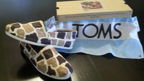 Custom Giraffe TOMS etsy.com/shop/artsysandra #custom #toms #shoes