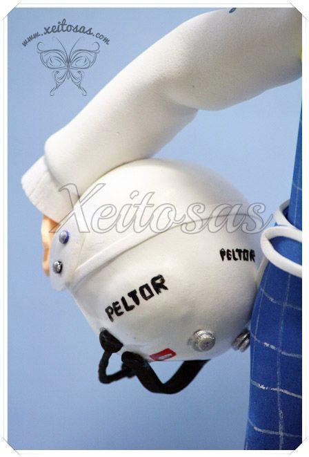 Fofucho piloto de rallyes con casco y mono personalizado. Con su coche hecho en goma eva y pintado a mano.  Todos mis trabajos están registrados con todos los derechos reservados por lo que no está permitida su copia.   www.xeitosas.com