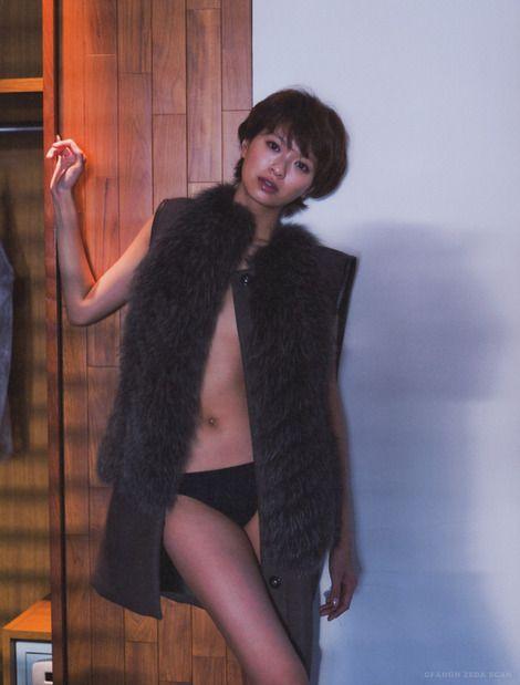 榮倉奈々水着にファーのベストを着る画像