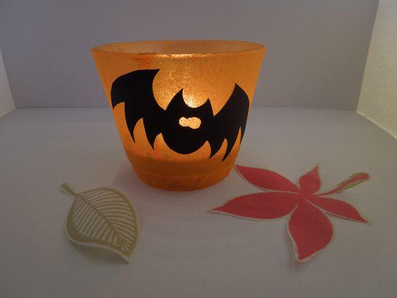 Süßer Halloween Teelichthalter mit Fledermausmotiv. Sehr gut als Deko für die nächste Halloweenparty geeignet^^ http://de.dawanda.com/shop/PattyPepper