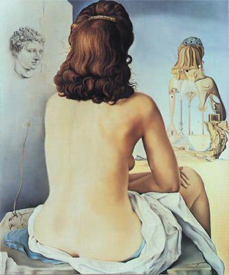 Mi mujer desnuda contemplando su propio cuerpo convirtiéndose en escalera.