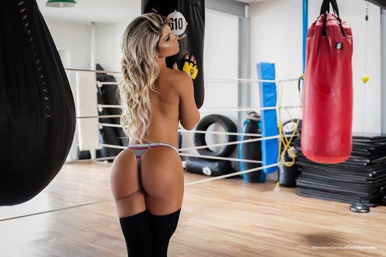 Carine Felizardo faz ensaio sensual para Sports Mag 26