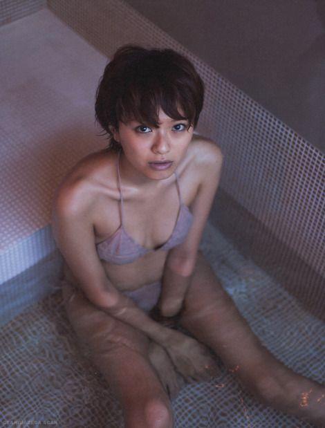 榮倉奈々水着でお風呂に入って見上げる画像