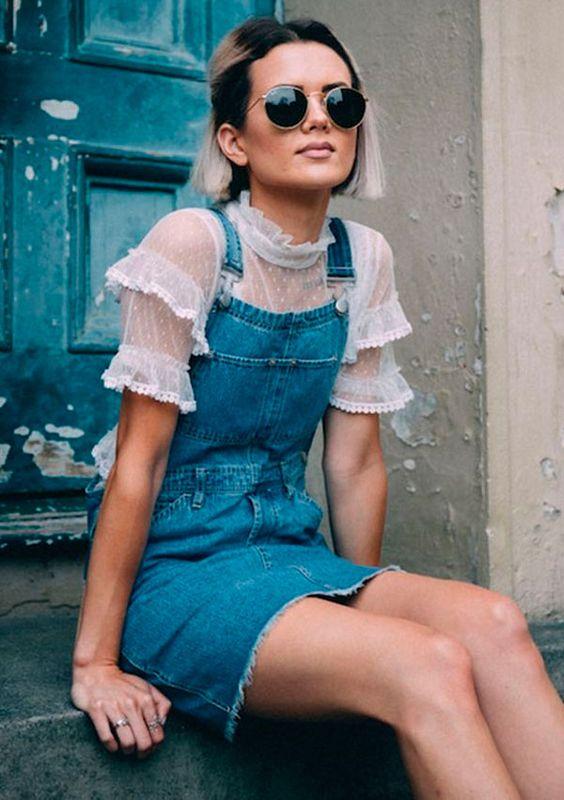 Street Style. Jardineira jeans e blusa de babados para um twist no look.