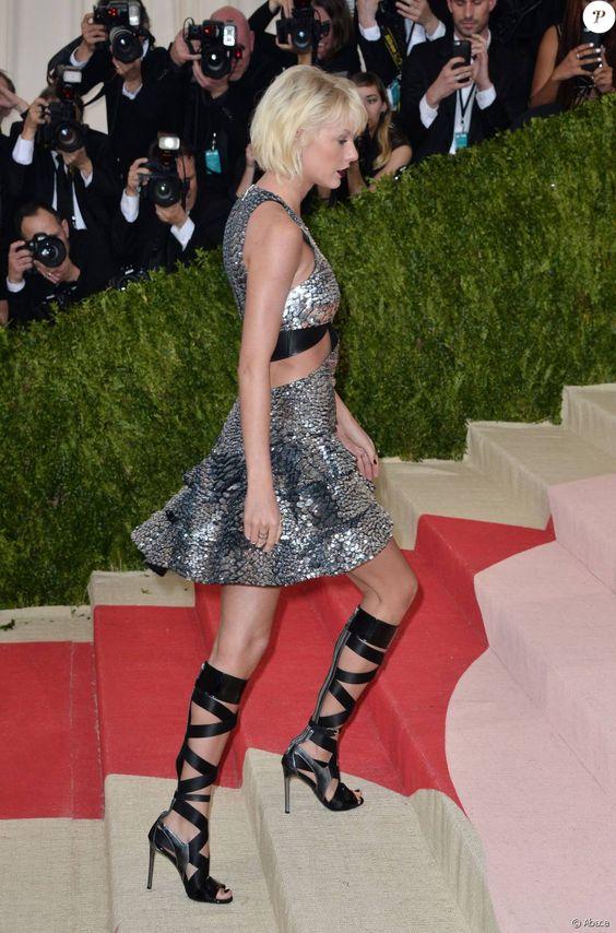 """Taylor Swiftopte pour une robe métallique façon écailles et des sandales Louis Vuitton. - MET Gala 2016, vernissage de l'exposition """"Manus x Machina"""" au Metropolitan Museum of Art. New York, le 2 mai 2016."""