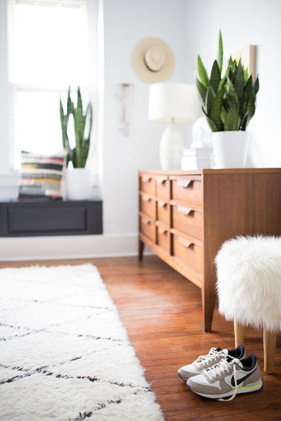 Inspiration décoration de chambre. Enfilade scandinave, et tapis berbere.