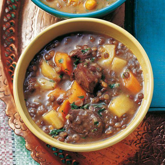 Der milde Linsen-Eintopf mit Lammfleisch liefert viel Eiweiß und ist eine sattmachende Hauptspeise.