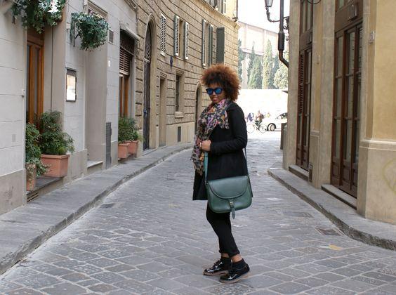 ...dalla bellissima Piazza Santa Maria Novella, una bellissima ragazza indossa la Catana Grande colore Verde Foresta