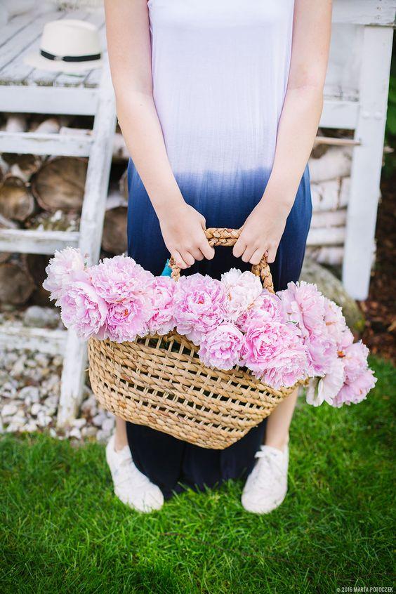 Idealna sukienka na lato i różowe piwonie