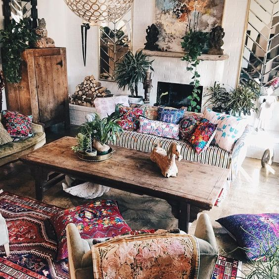 "Mixed prints and patterns make this living room so boho chic #bohemianhome #bohemianstyle #interiordesign"":"