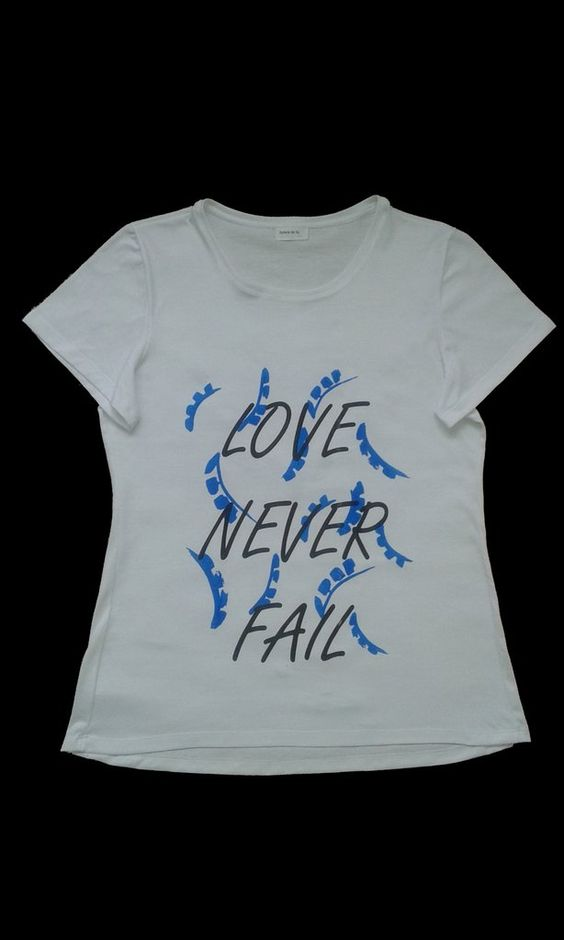 "Remera estampa ""Love Never Fall"" negro y azul"