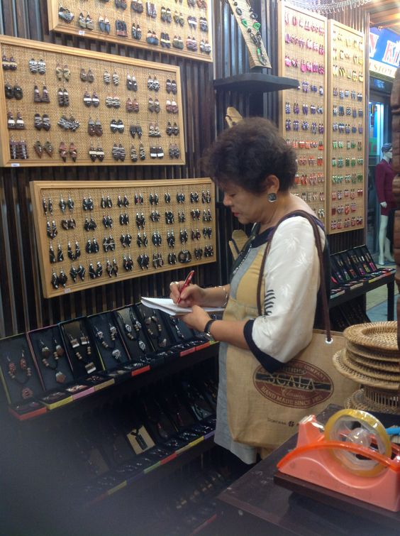 Shopping for wooden jewelry in Thailand --- just for you!