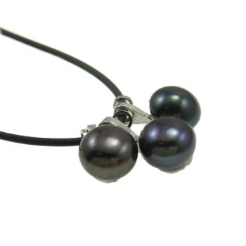 This very stylish necklace features a beautiful cluster of black freshwater pearls. This specific pendant is made out of a rubber cord with a delicate, yet secure, lobster clasp. Measuring in at 15.5 inches and weighing 7.60 grams, this minimalistic piece may be neutral but it certainly packs quite charming punch. This piece would look stunning paired with a jersey dreß or with a scoop neck shirt. The size of this pendant is 10x21x9 mm.
