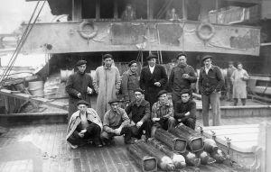 Imagen del 'Gipuzkoa' averiado tras el combate y con varios de sus tripulantes a bordo.