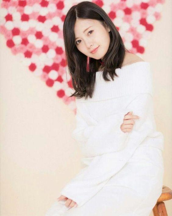 真っ白な服の白石麻衣