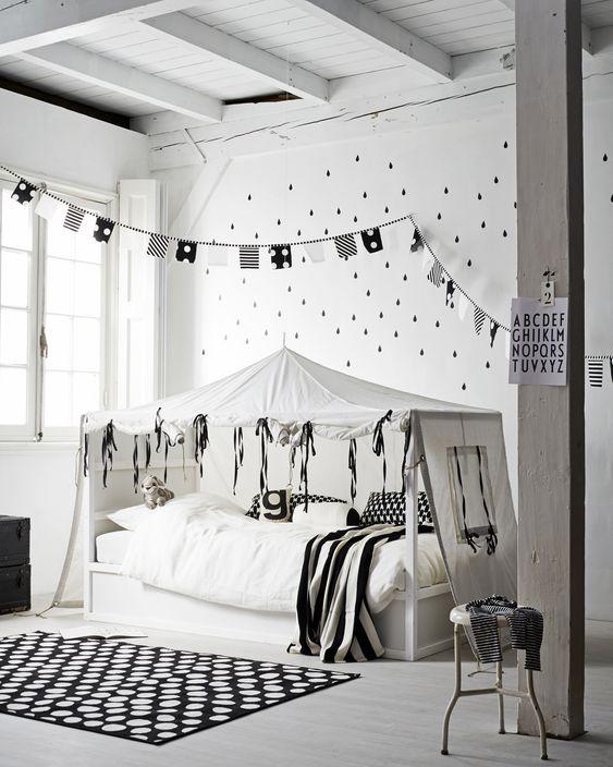 Kinderschlafzimmer ganz schlicht in weiß und schwarz