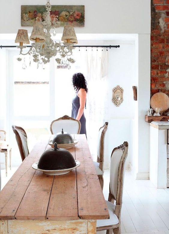 Solução para sala de jantar estreita? Mesa estreita! E fica lindo, vem ver!