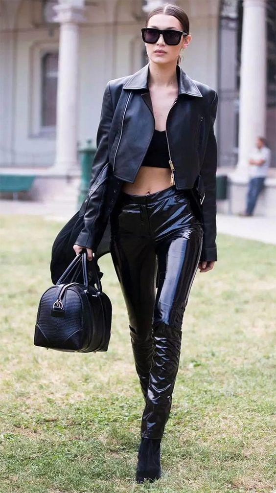 Street style look Bella Hadid com calça de vinil e cropped top