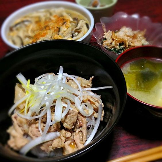 今日は丼が簡単だったので、 副菜2品作った♪  梅豚丼はハズレ無し(^o^)♪ - 5件のもぐもぐ - 梅豚丼&きのこ煮&ニラのお浸し&玉ねぎと豆腐とわかめの味噌汁 by palico