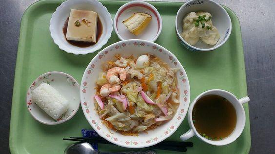 ごま塩おにぎり、皿うどん、里芋の味噌かけ、ごま豆腐、わかめスープ、バナナでした!皿うどんが特に美味しかったです!605カロリーでした