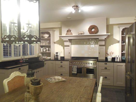 Stijlvolle landelijke keuken met borretti fornuis met dubbele oven ...