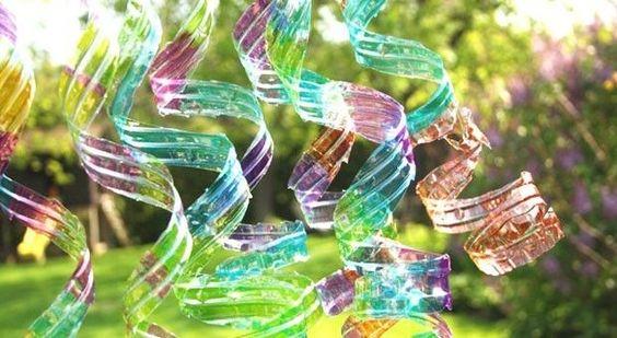 Bricoler des spirales décoratives à partir de bouteilles de plastique