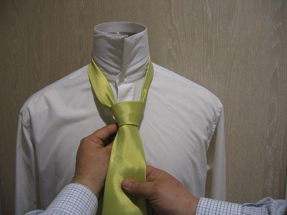 El medio nudo windsor o nudo de corbata simple es uno de los nudos de corbata mas utilizados por su facilidad, asi como por quedar bien con una amplia variedad de cuellos de camisa. mas nudos de corbata, noticias, vestidos de novia, fiesta, madrina, novio y complementos en nuestro canal  http://www.youtube.com/watch?feature=player_embedded=SPswp7FF1BA ¡¡¡ GRACIAS POR TU INTERES EN GIANCARLO NOVIAS PARLA-MADRID !!! www.factorynovias.com