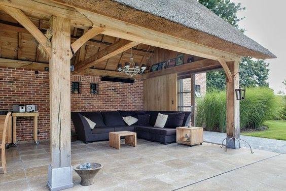 Landelijke terrasoverkapping in hout landelijk overdekt terras in eikenhout buitenkeuken - Terras hout ...