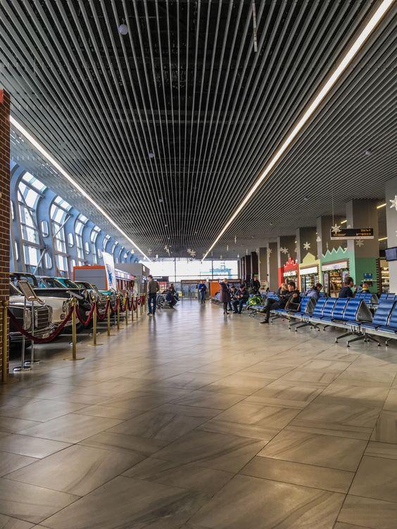 Зал на первом этаже в аэропорту Храброво
